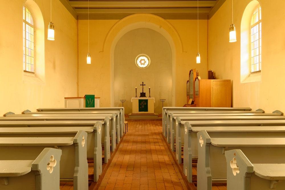 Blick durch das Kirchenschiff zum Altar in der Kirche in Wegezin