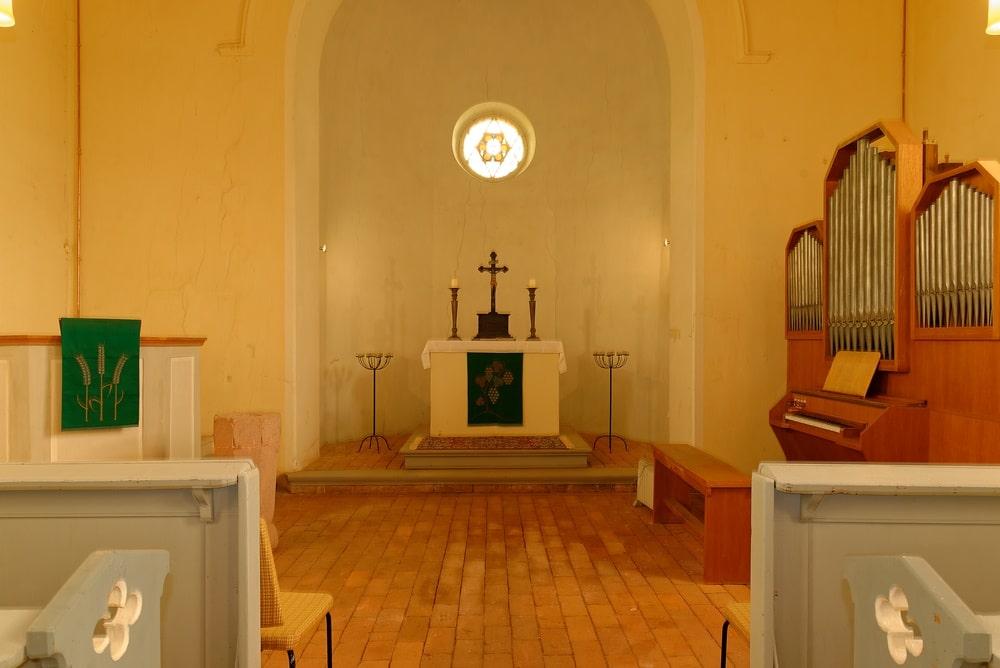 Kanzel, Altar & Orgel in der Kirche in Wegezin