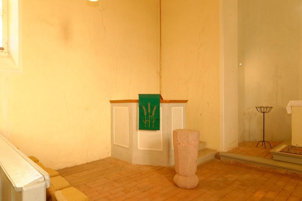 Kanzel & Taufstein in der Kirche in Wegezin