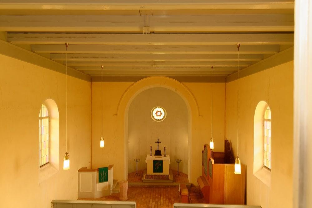 Blick zur Apsis von der Empore in der Kirche in Wegezin