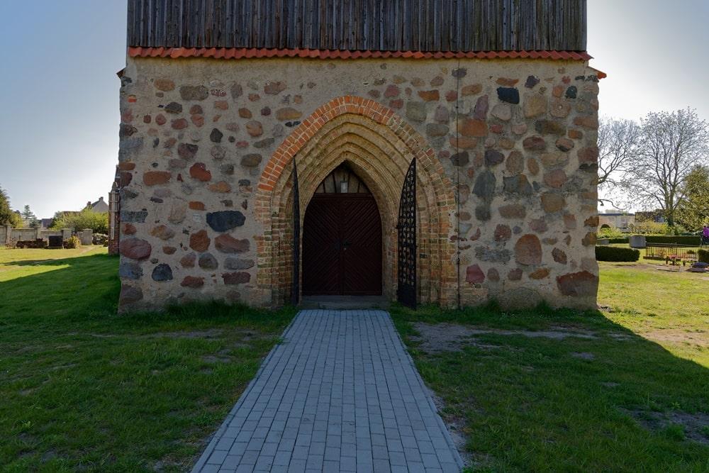 Fünfstufiger spitzbögiger Portaleingang in die Kirche in Krien