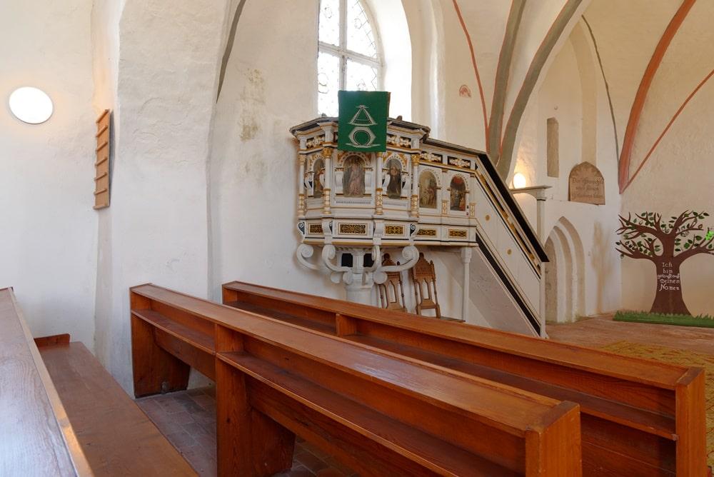 Blick auf die Kanzel und Abgang zur Sakristei in der Kirche in Krien