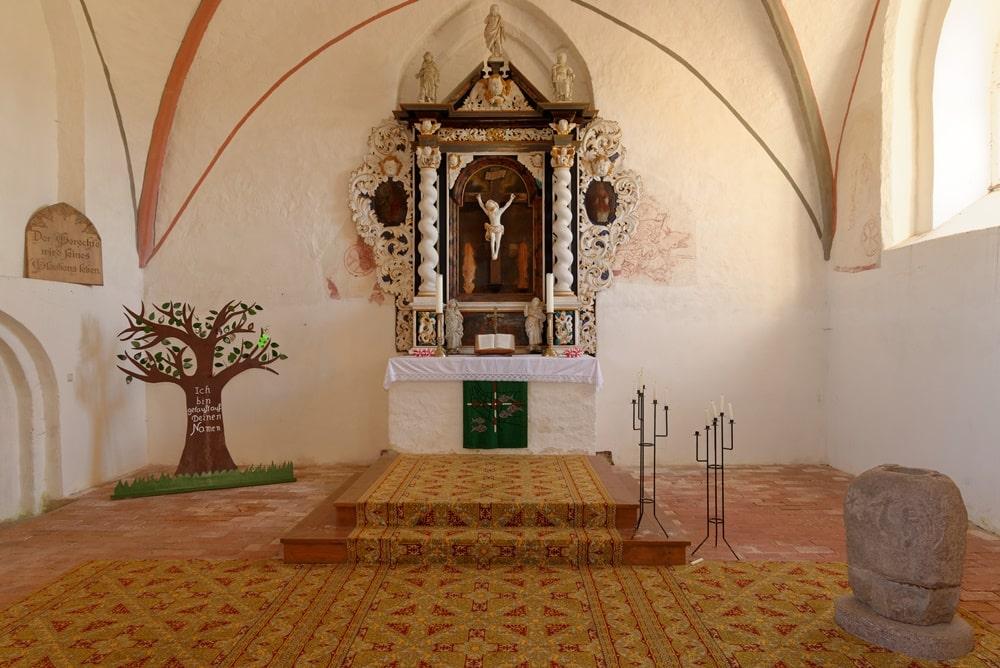 Blick auf den Altarbereich im Chor in der Kirche in Krien