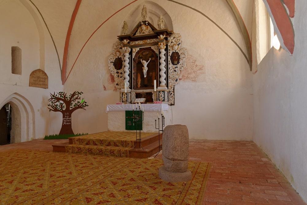 Blick auf Altarbereich, Taufstein und Abgang zur Sakristei in der Kirche in Krien