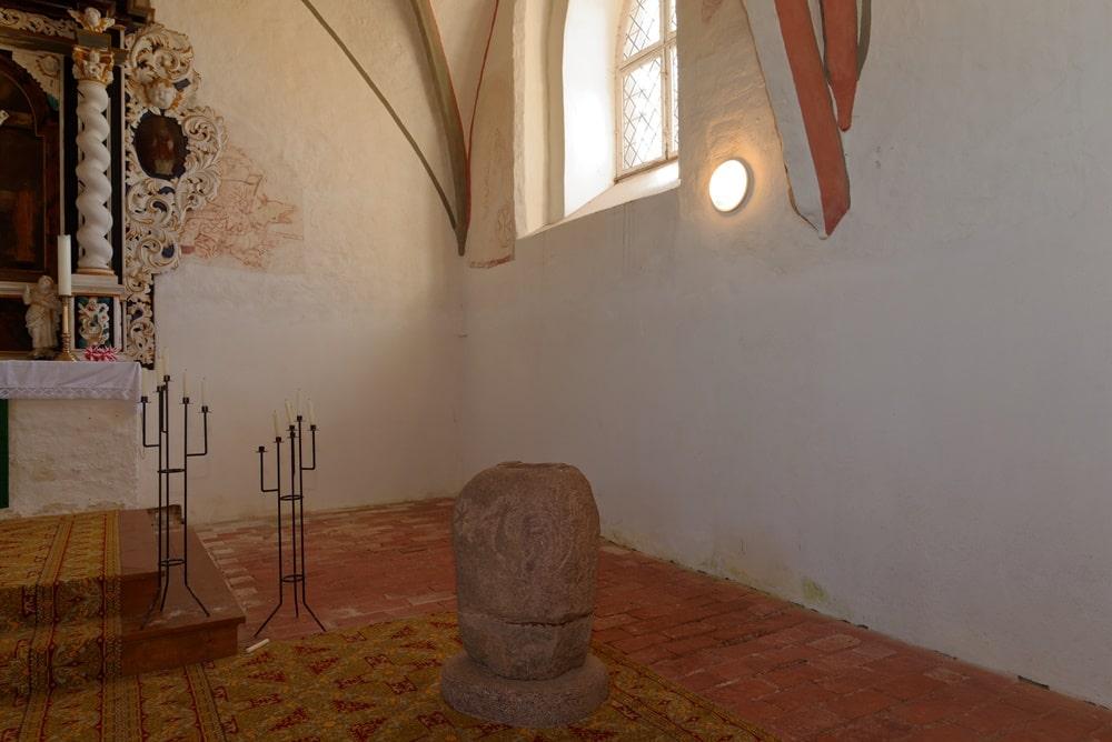 Der Taufstein in der Kirche in Krien
