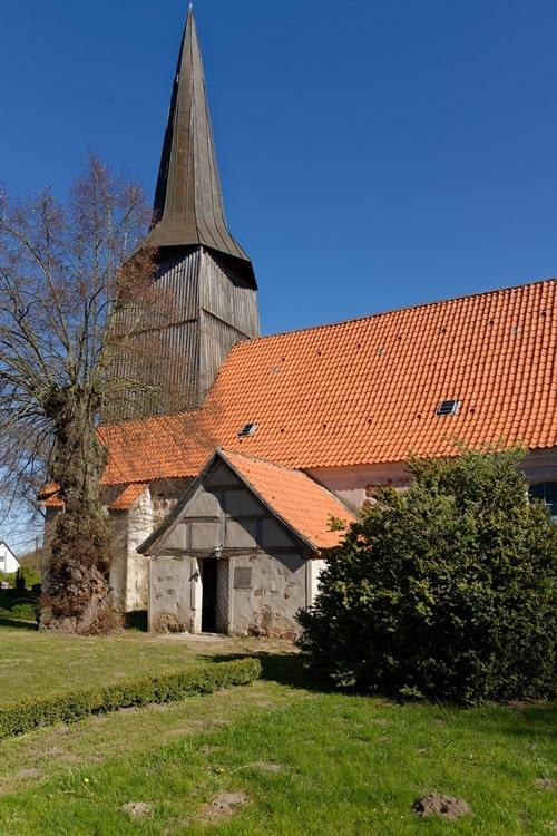 Haupteingang in die Kirche in Iven