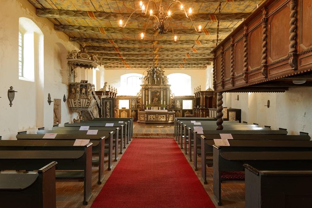 Blick durch das Kirchenschiff zum Altarraum in der Kirche in Iven