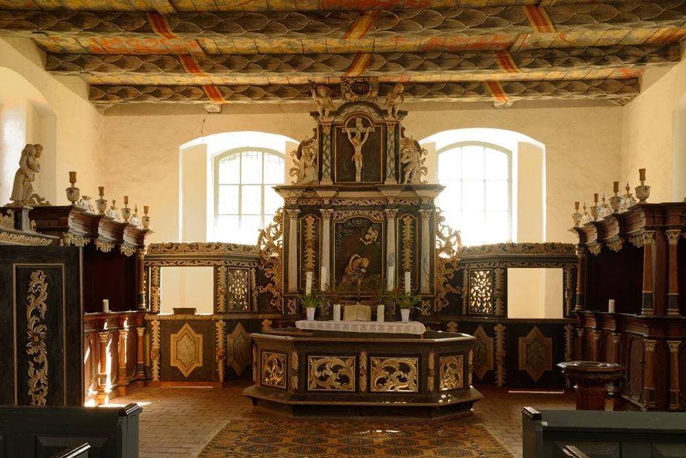 2-geschossiger Altaraufbau in der Kirche in Iven