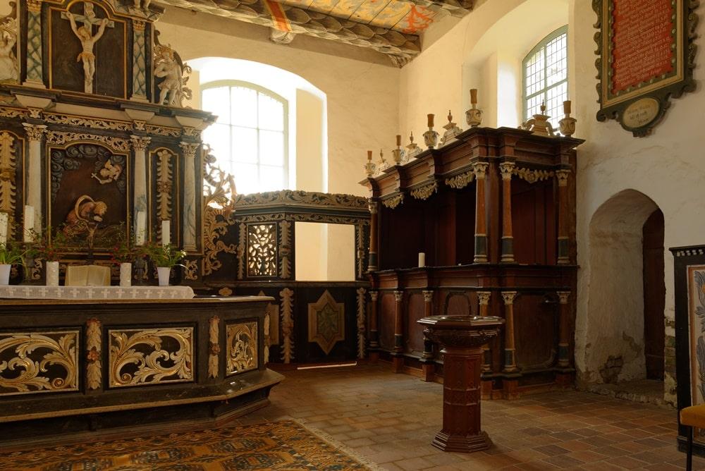 Geschnitztes Patronatsgestühl in der Kirche in Iven