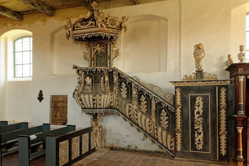 Kanzel und Aufgang mit Tür in der Kirche in Iven