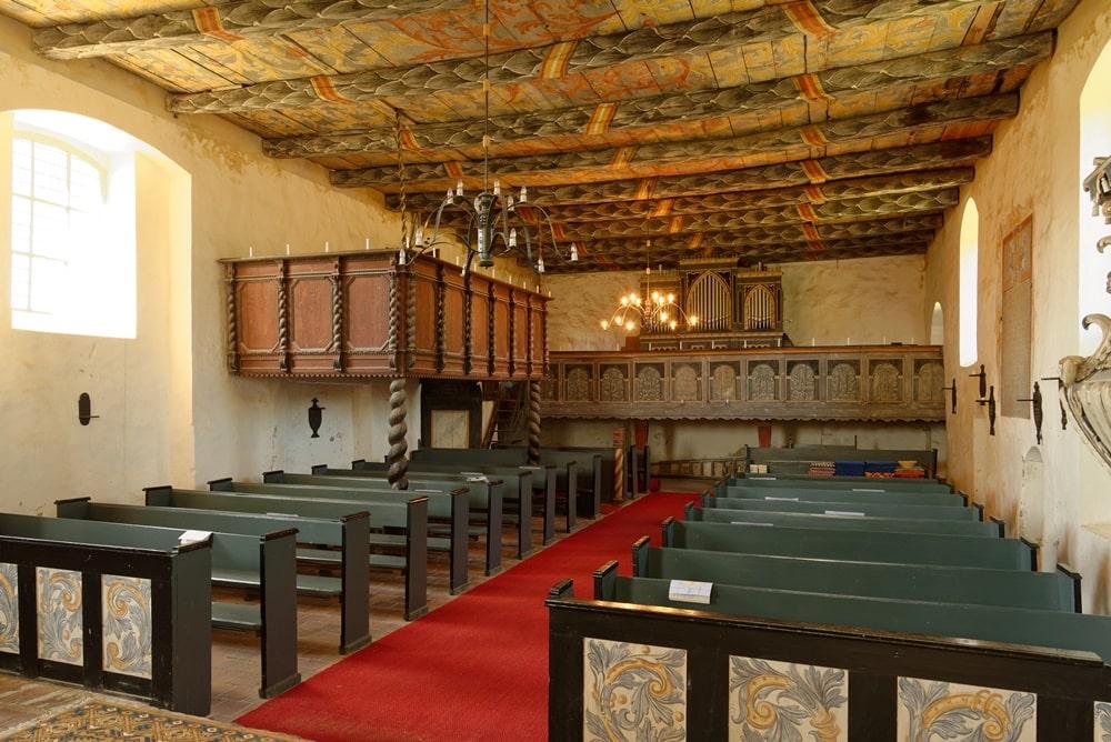Empore mit Orgel und Chor-Empore in der Kirche in Iven