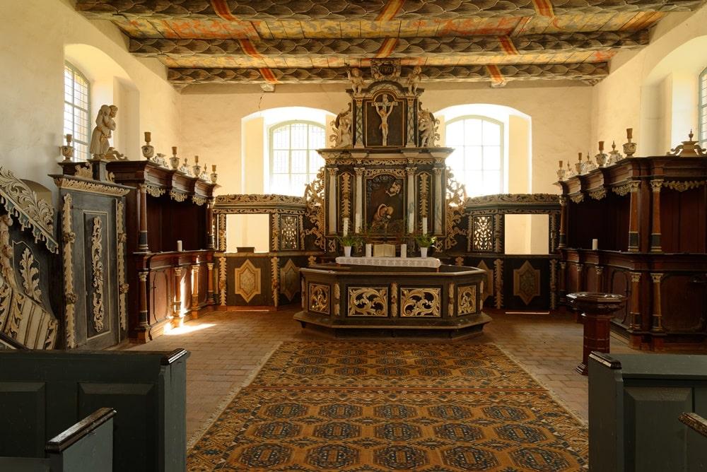 Altarraum mit Patronatsgestühl in der Kirche in Iven