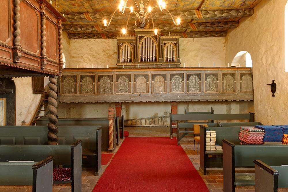 Empore und Orgel in der Kirche in Iven