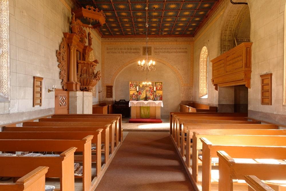 Blick durch das Kirchenschiff zur Apsis (Altarraum) in der Kirche in Neuendorf B