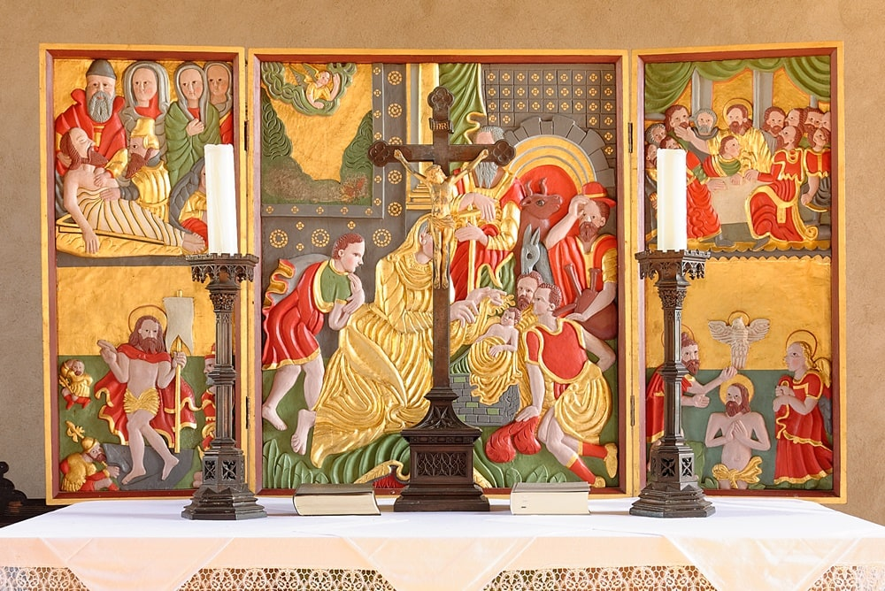 Geschnitzter Altar mit Reliefs aus dem Leben Jesu Christi in der Kirche in Neuendorf B