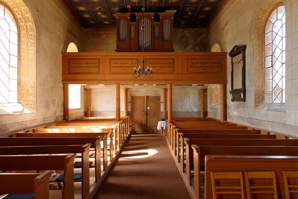 Blick zur Empore mit Orgel in der Kirche in Neuendorf B