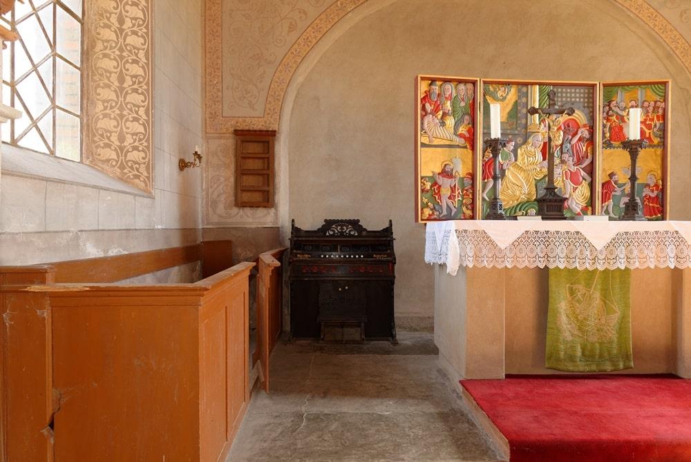 Blick auf Orgel, Patronatsgestühl und Altar in der Kirche in Neuendorf B