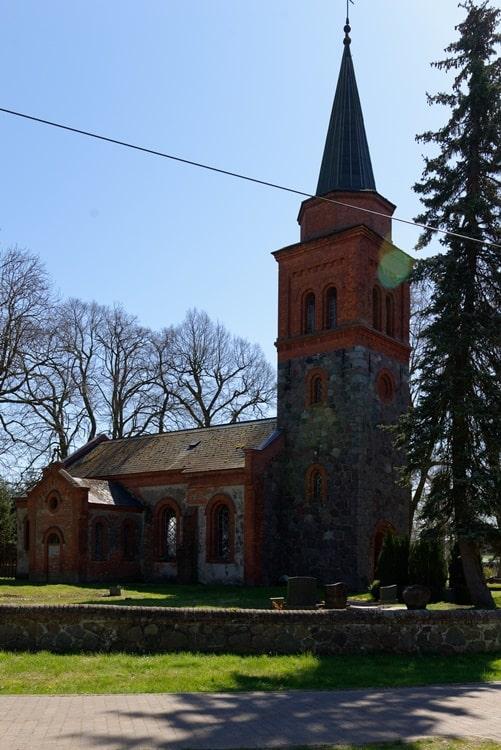 Kirche in Neuendorf B mit Eingang zur Sakristei