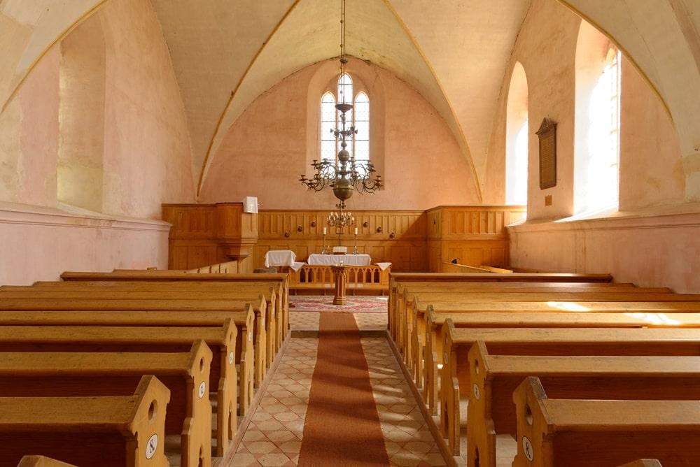 Blick durchs Kirchenschiff in die Apsis (Altarraum) in der Kirche in Gramzow