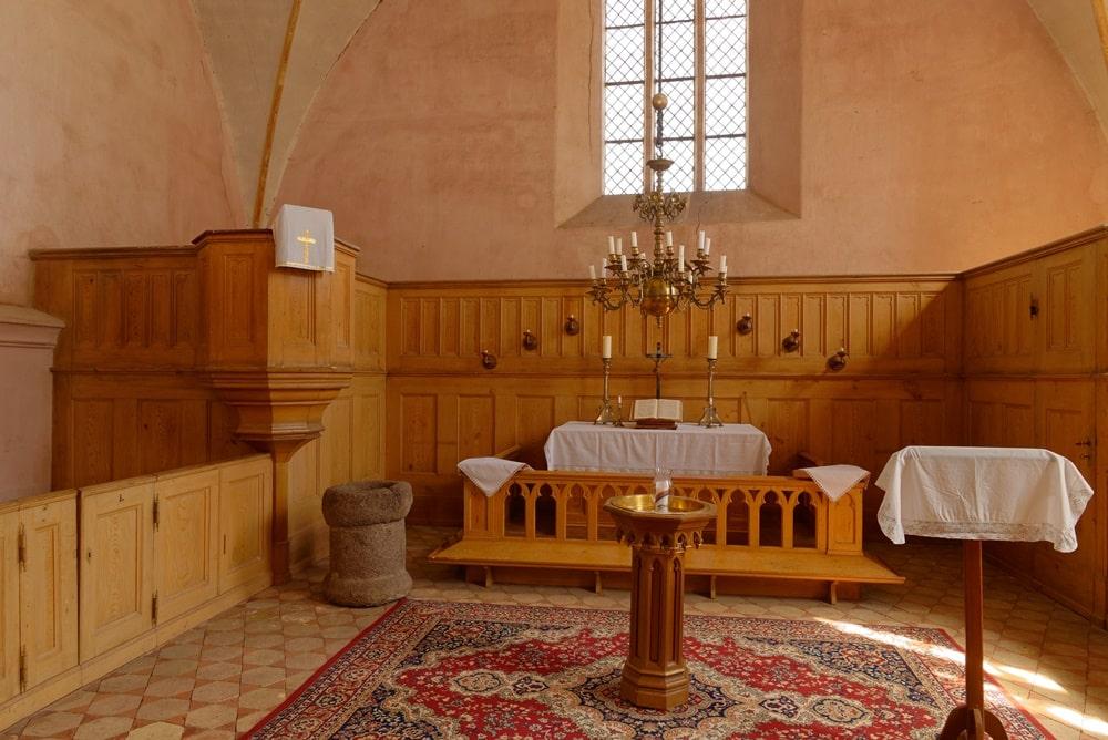 Altarraum, Kanzel und Patronatsgestühl in der Kirche in Gramzow