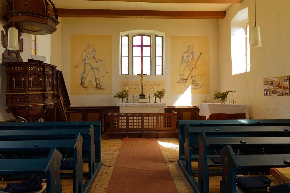 Altarraum, Patronatsgestühl, Kanzel in der Kirche in Steinmocker