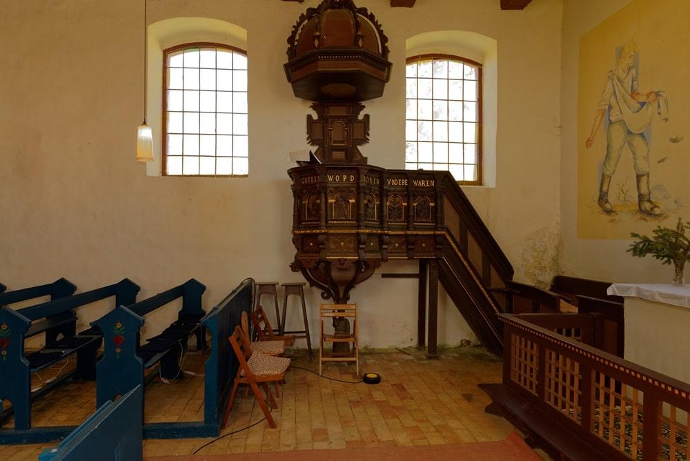 Geschnitzte Kanzel in der Kirche in Steinmocker