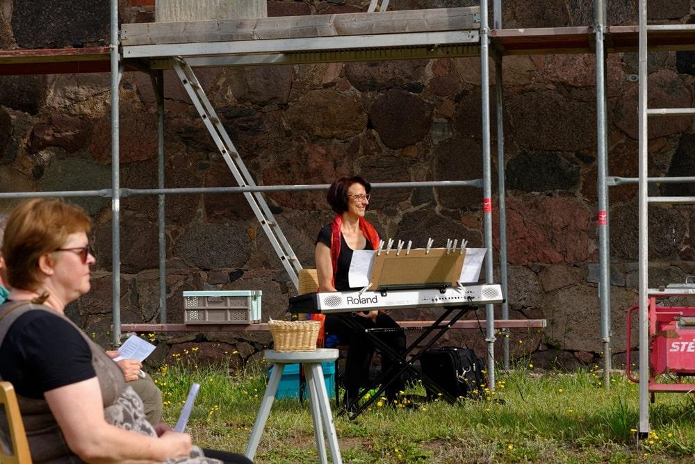Kathrin Schulz mit musikalischer Begleitung im Gottesdienst am 28.06.2020