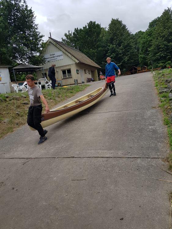 Kanus werden am Wasserwanderrastplatz in Stolpe vorbereitet und zur Peene getragen