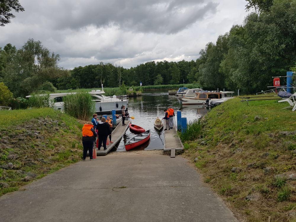 Kanus am Wasserwanderrastplatz in Stolpe sind vorbereitet und es kann losgehen.
