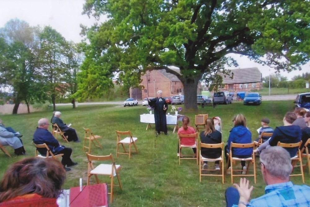 Gottesdienst unter freiem Himmel in Iven unter der Pastoreiche am 21. Mai 2020