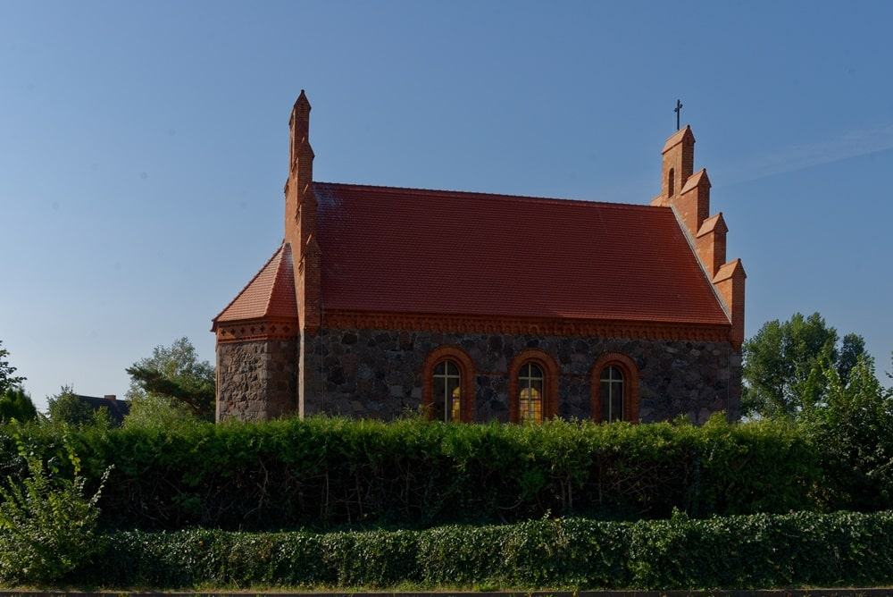 Nordseite der Kirche in Wegezin nach der Sanierung im August 2020