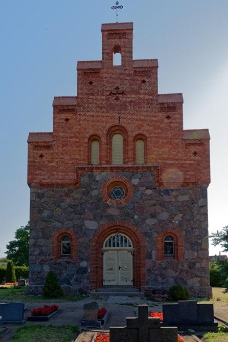 Westportal der Kirche in Wegezin nach der Sanierung im August 2020