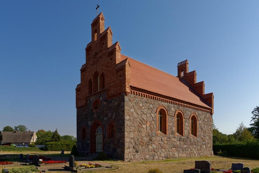 Westportal und Südseite der Kirche in Wegezin nach der Sanierung im August 2020