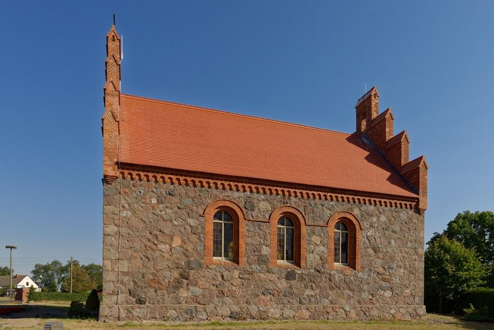 Südseite der Kirche in Wegezin nach der Sanierung