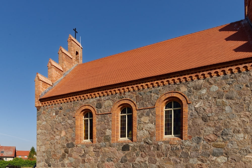 Südseite der Kirche in Wegezin mit neuem Kreuz nach der Sanierung
