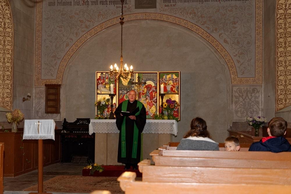 Prädikant Burkhard Fröhlich beim Erntedankgottesdienst in Neuendorf B