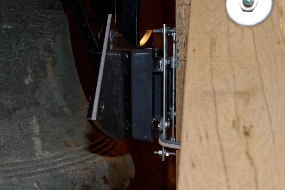 Ein Magnet bringt die Glocke zum schwingen