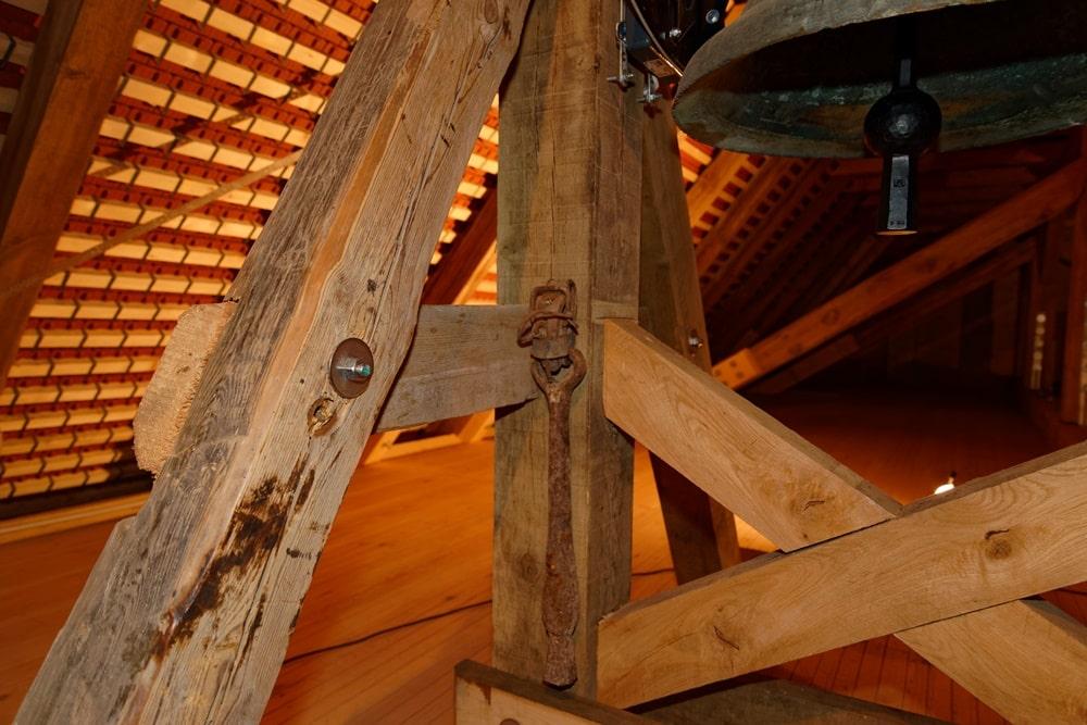 Der alte und der neue Klöppel der Glocke in der Kirche in Wegezin