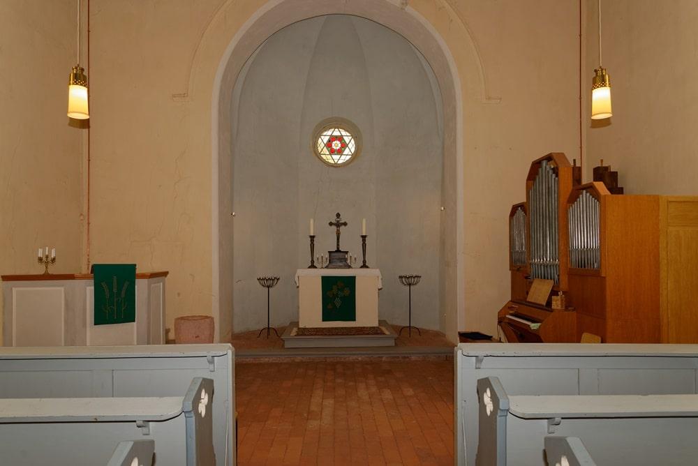 Blick in den Altarbereich (Apsis) in der Kirche Wegezin