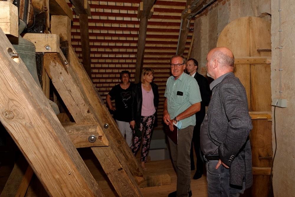 Visite im sanierten Dachstuhl der Wegeziner Kirche