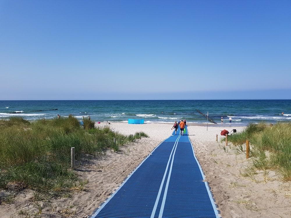 Baden und Ballspiele am Strand im Ostseebad Zingst
