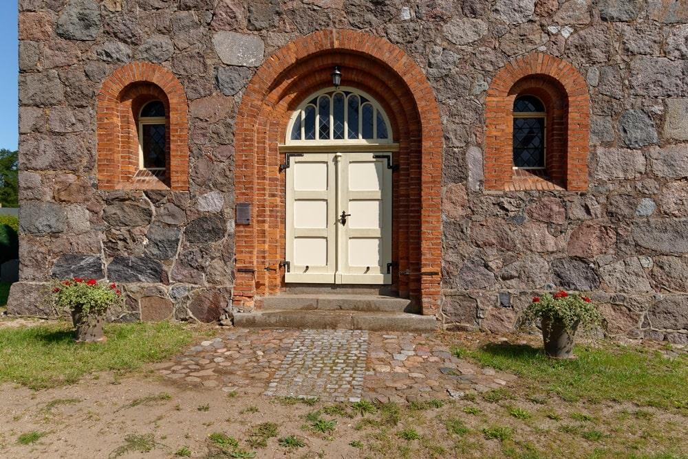 Eingang in die Evangelische Kirche in Wegezin