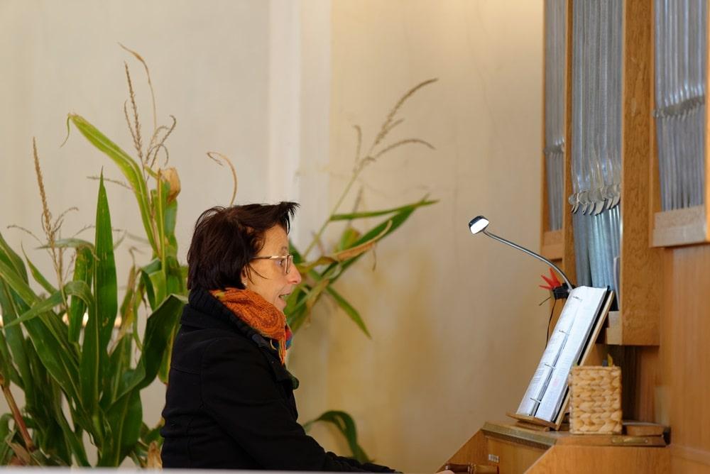Kathrin Schulz an der Orgel in der Kirche in Wegezin